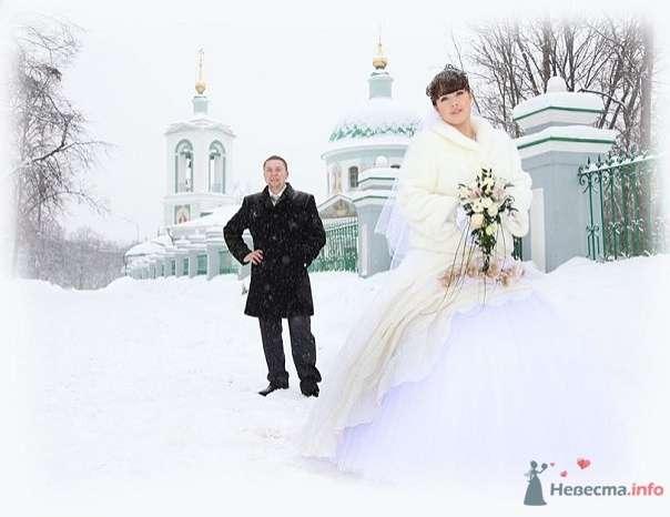 Жених и невеста стоят на заснеженной улице возле белой церкви - фото 62207 Koshka_Lu