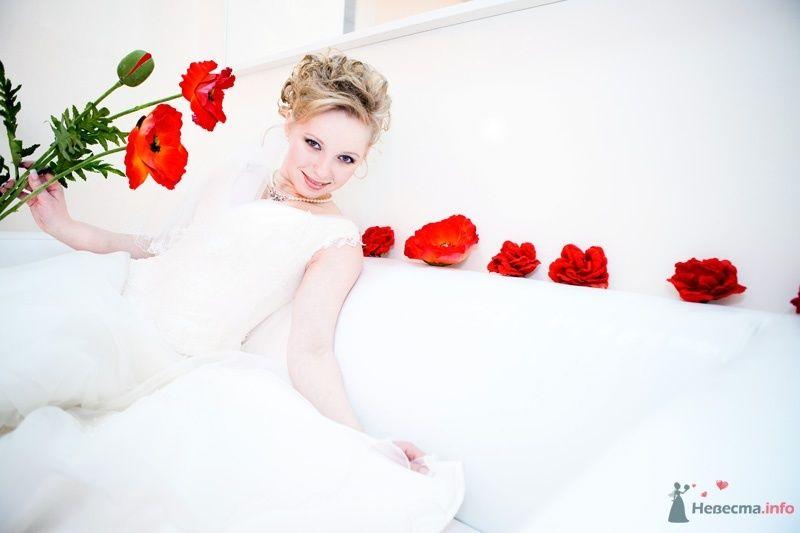 Невеста сидит на белом диване, который  украшен красными цветами - фото 61802 Танюхин