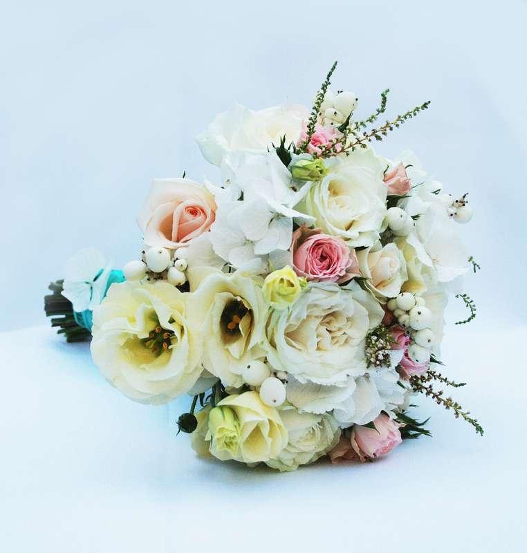 Букет невесты из белых эустом и гортензий, розовых роз и астильбы, декорированный голубой лентой  - фото 799181 Buketnevesty - флористика