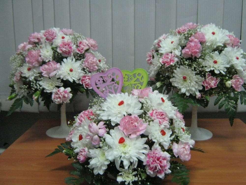 Букеты из белых хризантем,  розовых гвоздик, гипсофилы и папоротника. - фото 2587487 Цветочный магазинчик - услуги оформления