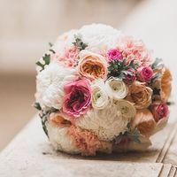 Букет невесты в бело-розовых тонах из ранункулюсов, роз и атср
