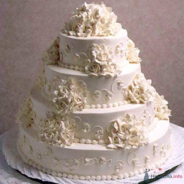 Многоярусный свадебный торт, белого цвета, украшенный орнаментом и сахарными цветами - фото 53836 Свадебный распорядитель Ольга Фокс