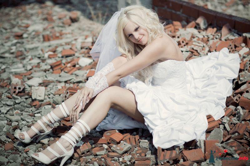 Невеста в белых босоножках на высоком каблуку и спереди на танкетке. - фото 129149 БЬЮТТИ