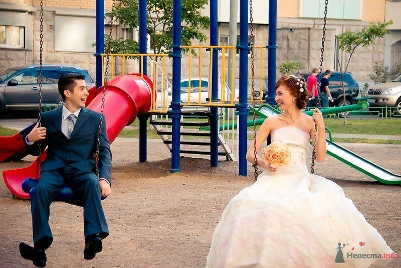 Жених и невеста катаются на качелях на детской площадке - фото 51688 Sunny-Angel