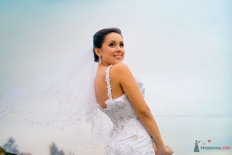 Невеста в белом платье стоит на фоне голубого неба - фото 51854 Sunny-Angel