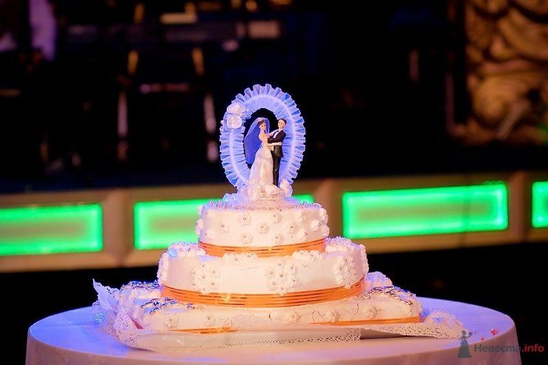 Трехъярусный свадебный торт, украшенный оранжевой лентой и фигурками - фото 51861 Sunny-Angel