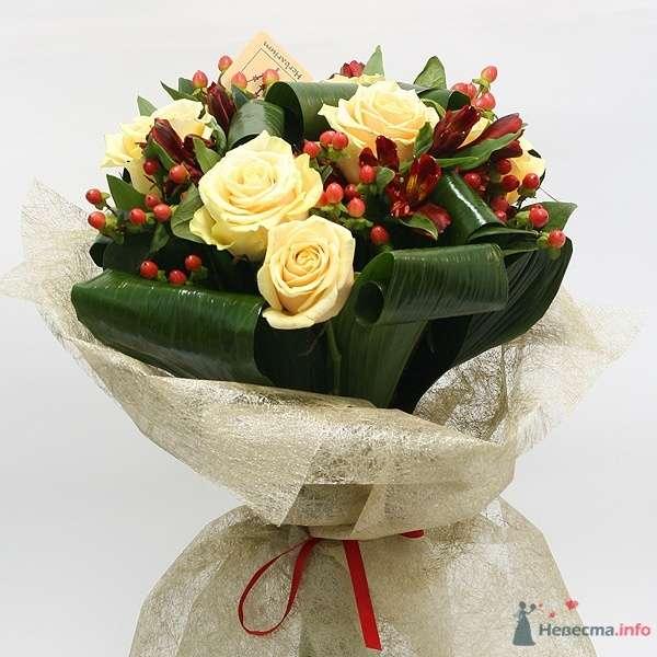Букет невесты из желтых роз, зелени и красных ягод гиперикума, декорированный белой кружевной тканью и красной атласной лентой   - фото 55606 FALLINLOVE