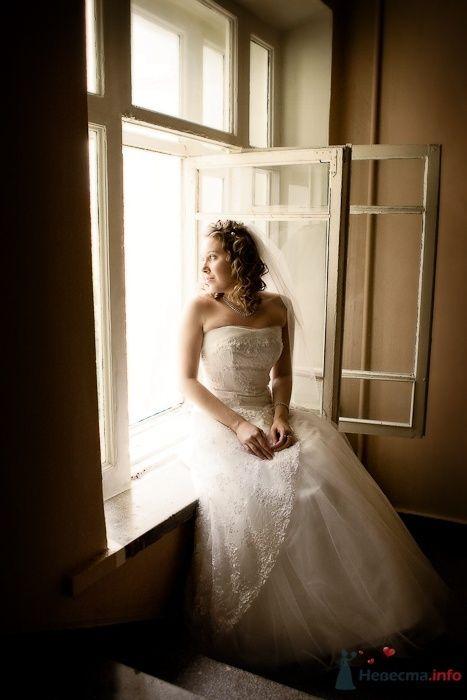 Невеста в свадебном платье у окна - фото 30912 Фотограф Владимир Будков