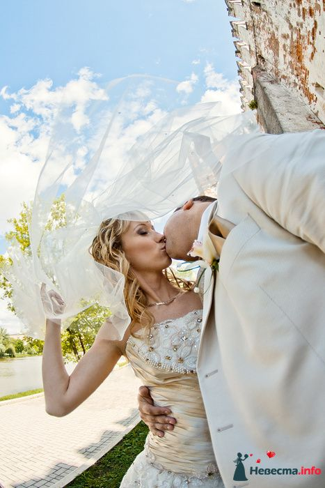 Свадебный поцелуй под фатой - фото 114871 Фотограф Владимир Будков
