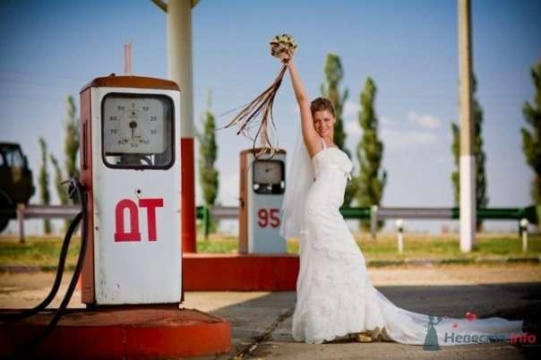 Невеста в белом длинном платье стоит на старой заправке - фото 54817 Свадебный распорядитель - Бедрикова Оксана