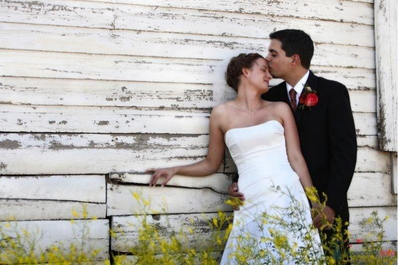 Жених и невеста стоят, прислонившись друг к другу, на фоне деревянной - фото 54849 Свадебный распорядитель - Бедрикова Оксана