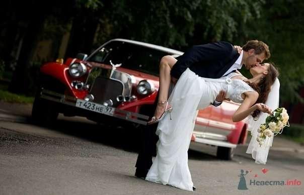 Жених держит на руках невесту возле красной машины на улице - фото 54967 Свадебный распорядитель - Бедрикова Оксана