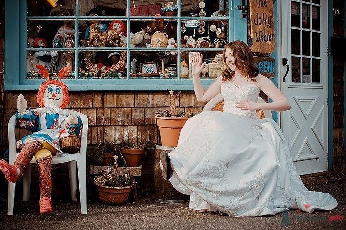 Невеста в белом длинном платье сидит на кресле возле дома - фото 55136 Свадебный распорядитель - Бедрикова Оксана
