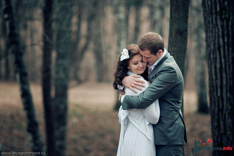 Жених и невеста стоят, прислонившись друг к другу, в лесу возле дерева - фото 98514 Chanel№5