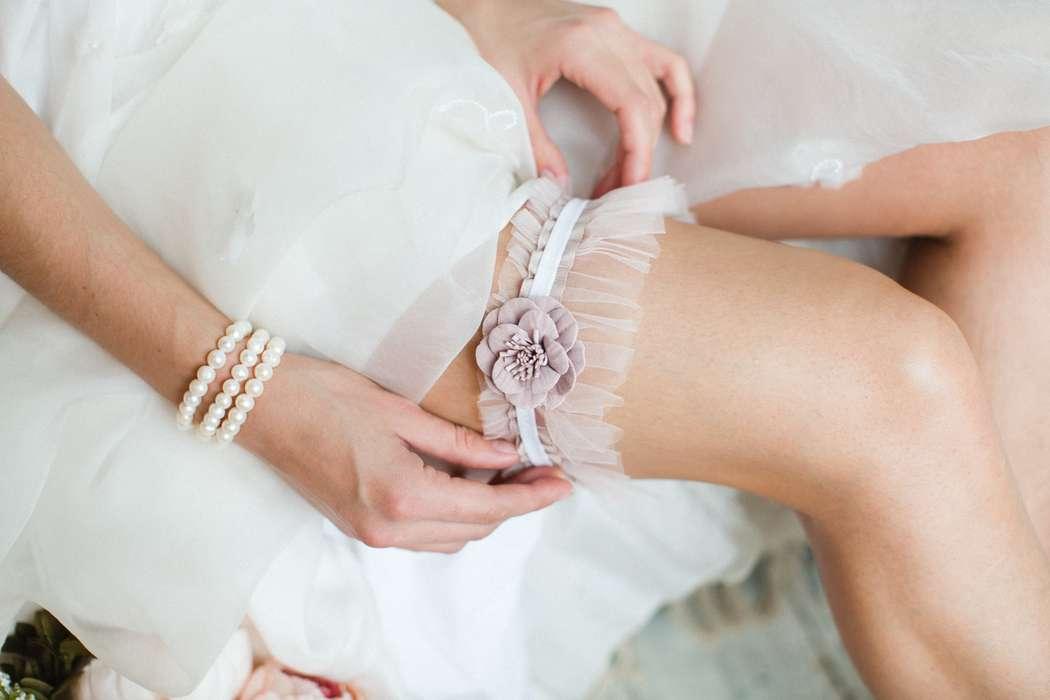 Подвязка 890 р. Фатин и цветок пудрового оттенка. - фото 17178678 Svetochek wedding - мастерская аксессуаров