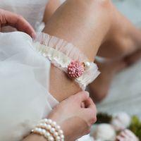 Подвязка 890 р. Репсовая лента молочного оттенка, украшение розового оттенка с жемчужинкой.