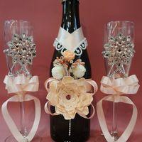 Набор в персиковом цвете. Бокалы 1100 руб. Украшение на шампанское 1300 руб/пара. На весь комплект скидка 10%.