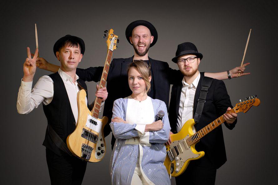 Выступление кавер-группы  четыре музыканта