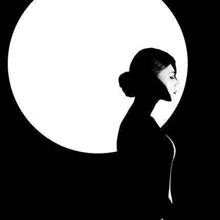 Черно-белаая фотосессия с проектором