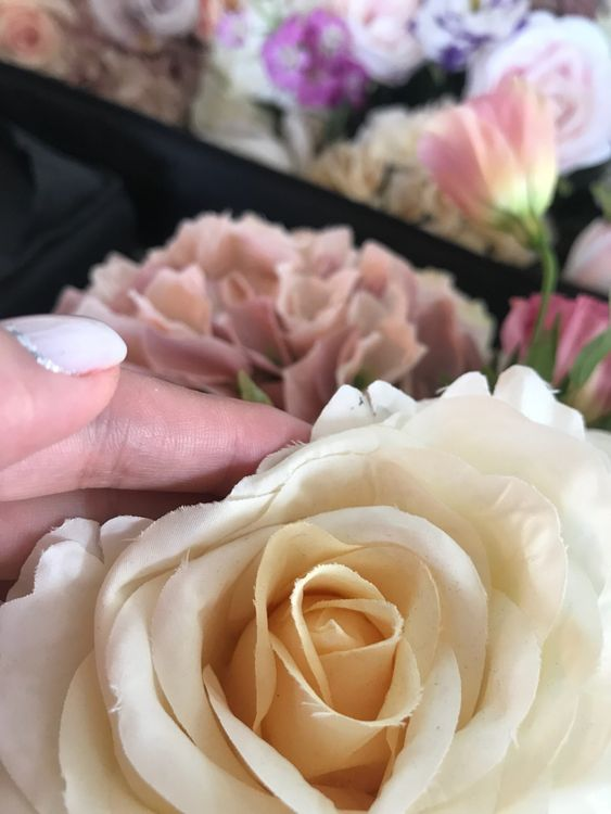 потрепанные искусственные цветы
