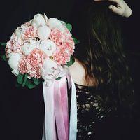 Букет невесты из гвоздик и пионов