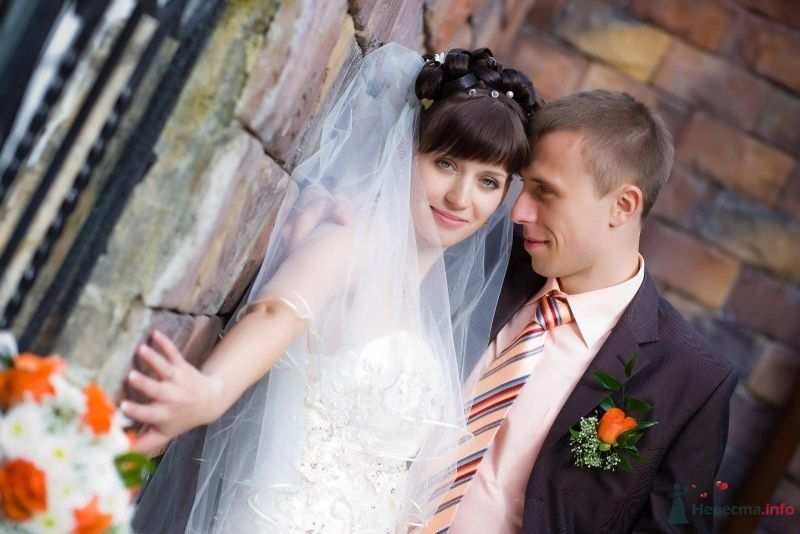 Жених и невеста стоят, прислонившись друг к другу, фоне кирпичной - фото 60039 Alllenka