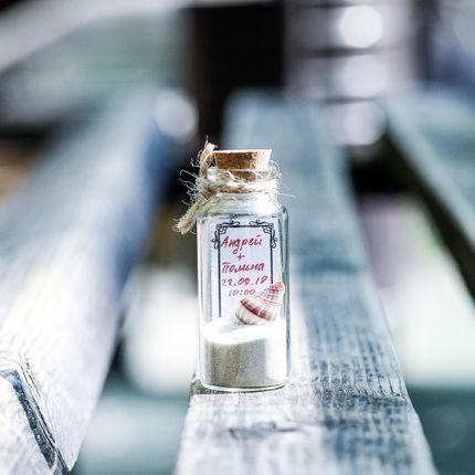 Приглашение на свадьбу в бутылочке с песком и ракушкой