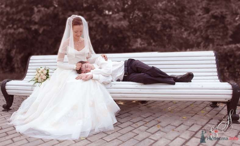 Жених и невеста сидят на белой скамейке - фото 54587 Photoelena - видео и фото