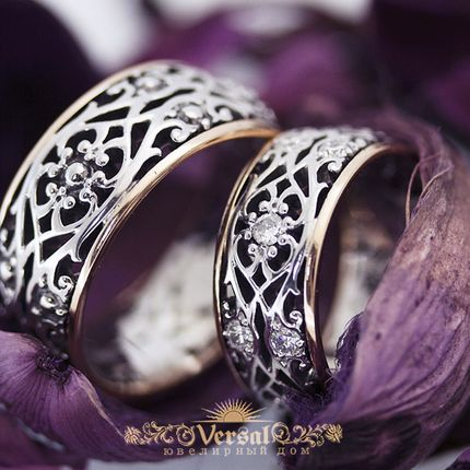 Парные обручальные кольца с камнем