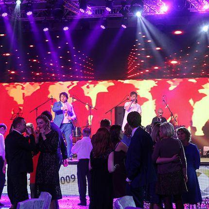 Выступление кавер-группы, 5 исполнителей