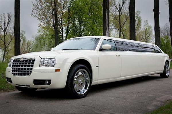 """Белый """"Bentley"""" Лимузин на фоне зелени леса. - фото 573572 Компания """"101 Лимузин"""" - прокат авто"""