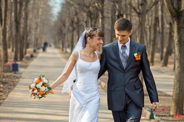 Жених и невеста, обнявшись, гуляют в парке - фото 94080 Дарьяночка