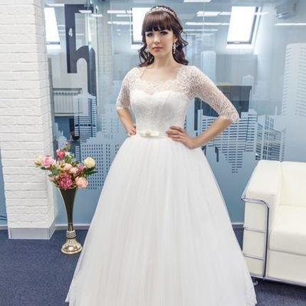 Пышное платье с кружевным рукавчиком