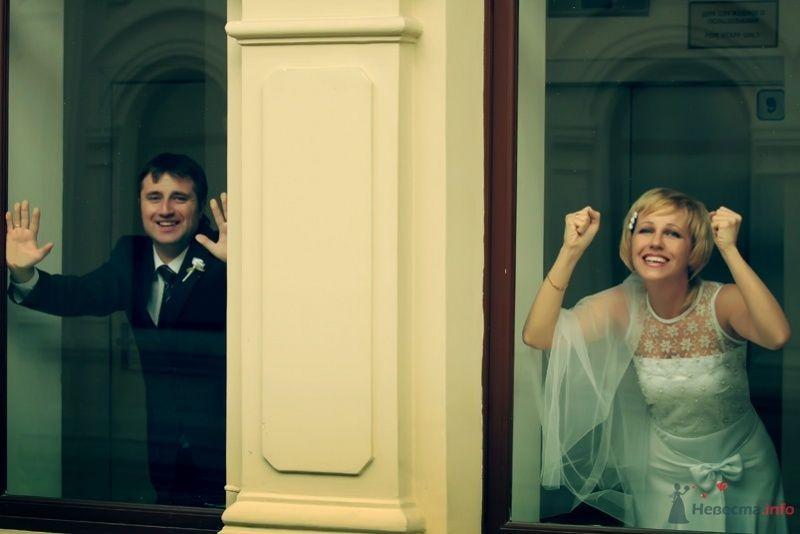 Жених и невеста стяот возле окна в доме - фото 58165 lanusya