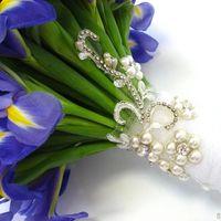 Украшение ножки букета невесты из ирисов