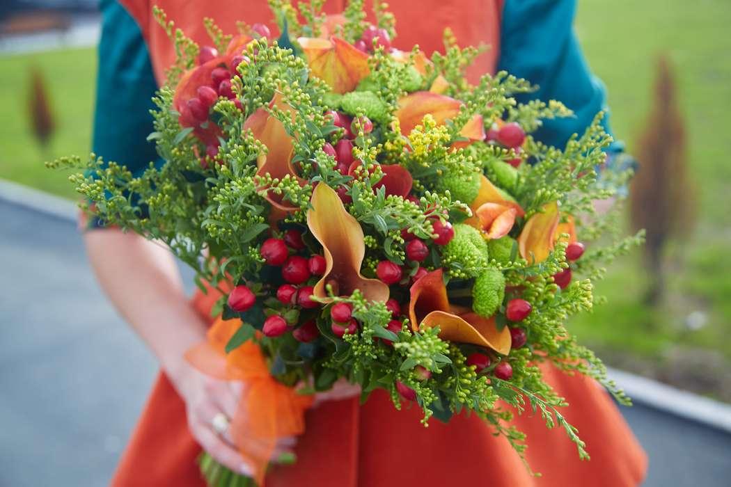 Букет невесты из зелени, зеленых хризантем Филин Грин, краных ягод гиперикума и оранжевых калл, декорированный оранжевой лентой  - фото 1283095 Свадебный фотограф Марина Лонгортова