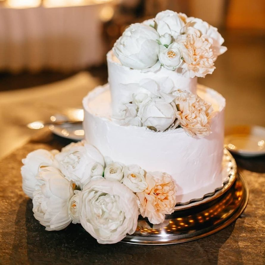 Торт с живыми цветами и ягодами
