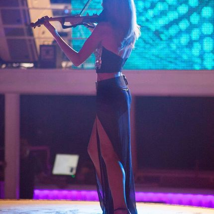 Клубная скрипка - выступление музыканта