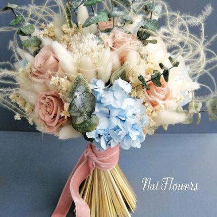 Букет из стабилизированных цветов и эвкалипта