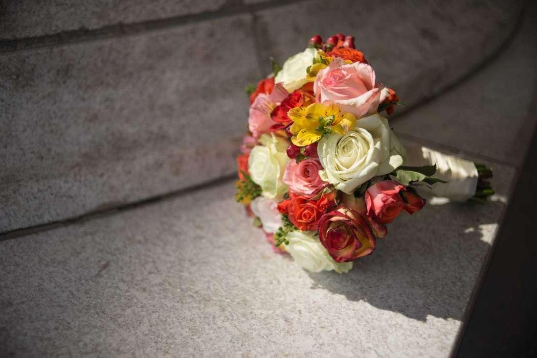 Букет невесты из желтых альстромерий, красных ягод гиперикума, красных розовых и белых роз  - фото 1387033 MagicMoments comp - оформление свадьбы