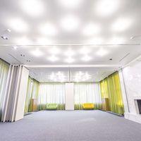 Просторный зал 130 кв метров с панорамным остеклением и камином