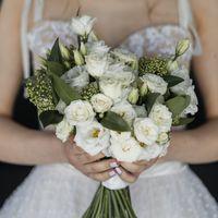 Букет невесты моно из эустомы и кустовой розы