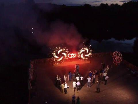 Завершающий этап наземного фейерверка на свадьбу